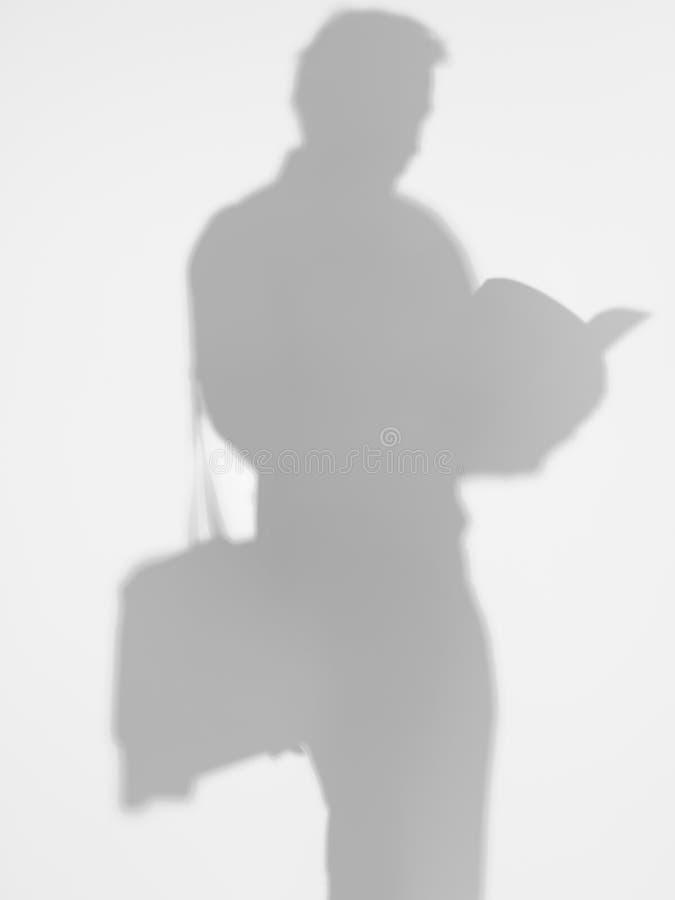 Hombre de negocios que lee una revista, silueta imagenes de archivo