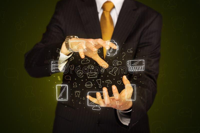 Hombre de negocios que lleva a cabo iconos del establecimiento de una red imagenes de archivo