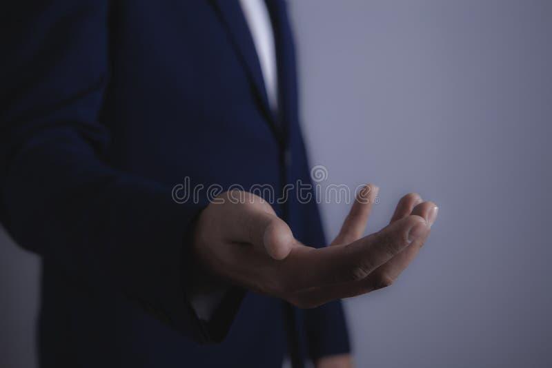 Hombre de negocios que lleva a cabo la mano fotos de archivo