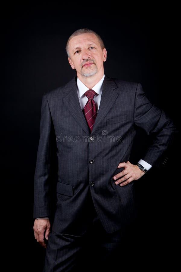 Hombre de negocios que lleva a cabo la mano en la cintura fotos de archivo libres de regalías