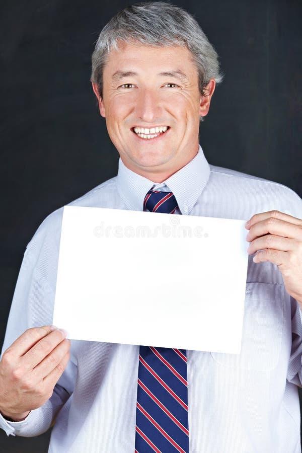Hombre de negocios que lleva a cabo la muestra vacía imagen de archivo libre de regalías