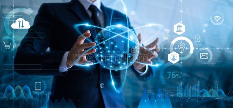 Hombre de negocios que lleva a cabo la red de datos global y que analiza datos de las ventas y desarrollo econ?mico imagenes de archivo