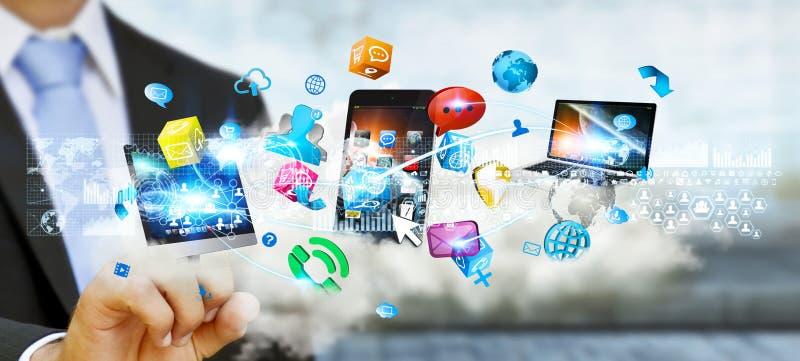 Hombre de negocios que lleva a cabo los dispositivos de la tecnología y los usos de los iconos sobre el A.C. libre illustration