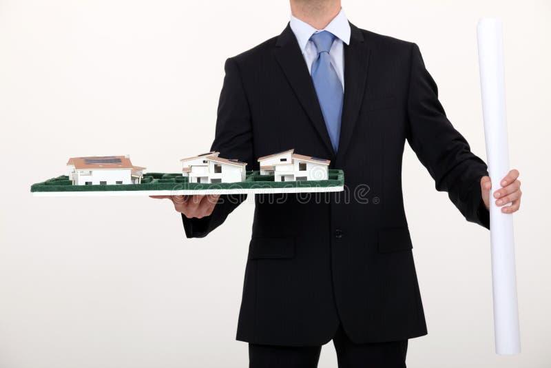 Hombre de negocios que lleva a cabo un modelo arquitectónico foto de archivo libre de regalías
