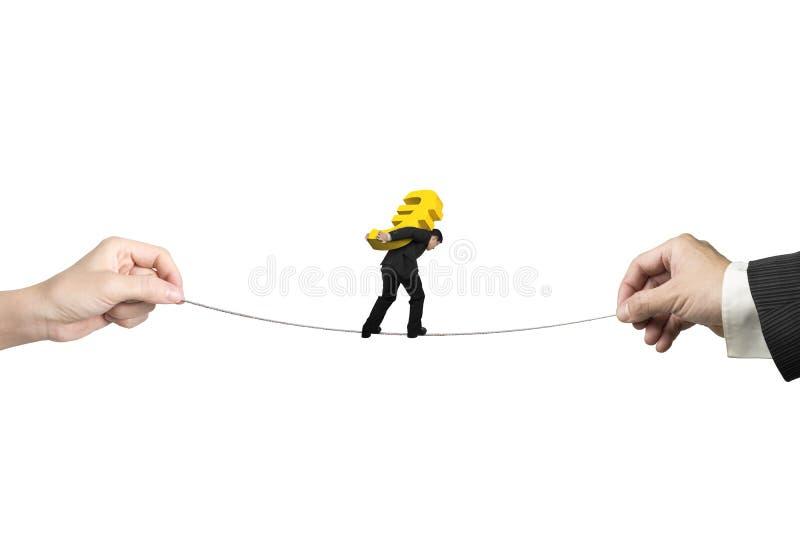 Hombre de negocios que lleva la cuerda tirante de equilibrio de la muestra euro con las manos ho imagen de archivo libre de regalías