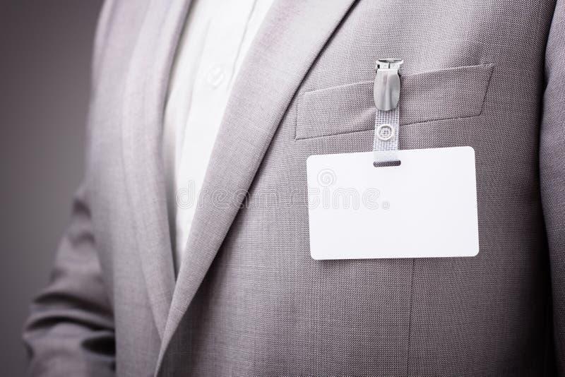 Hombre de negocios que lleva la etiqueta en blanco del nombre imagenes de archivo