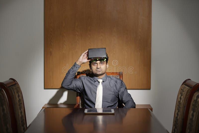 Hombre de negocios que lleva las auriculares de VR foto de archivo libre de regalías