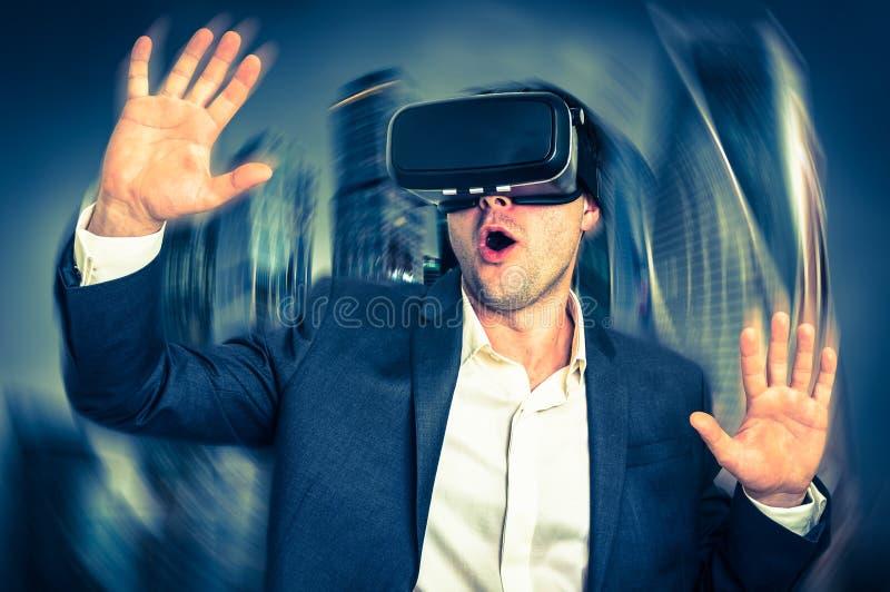 Hombre de negocios que lleva las gafas de la realidad virtual - estilo retro imágenes de archivo libres de regalías
