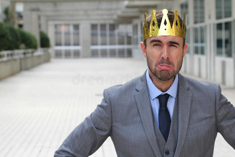 Hombre de negocios que lleva una corona que llora con el espacio de la copia imágenes de archivo libres de regalías