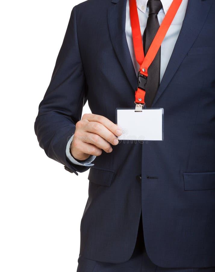 Hombre de negocios que lleva una etiqueta en blanco o la tarjeta de presentación de la identificación en un acollador en una expo fotografía de archivo libre de regalías