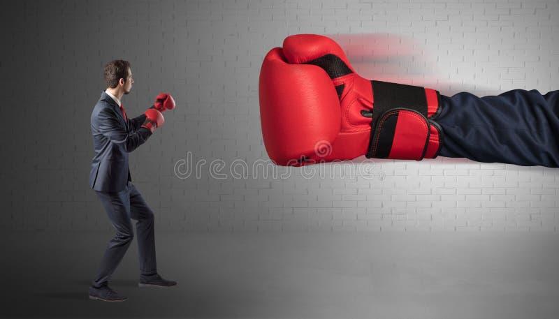 Hombre de negocios que lucha con los guantes de boxeo imagen de archivo libre de regalías