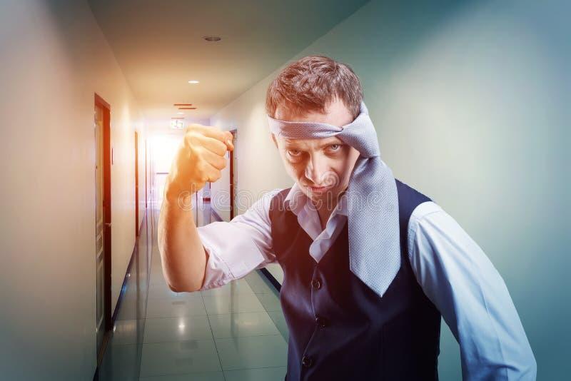 Hombre de negocios que lucha con un lazo en su cabeza imagen de archivo libre de regalías