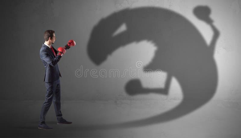 Hombre de negocios que lucha con una sombra grande del monstruo foto de archivo