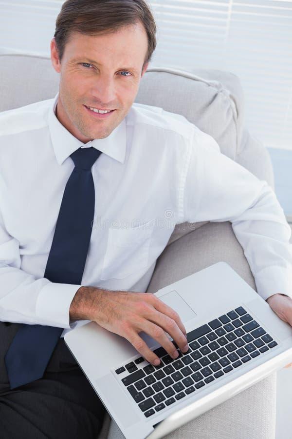 Hombre de negocios que mecanografía en su ordenador portátil imágenes de archivo libres de regalías