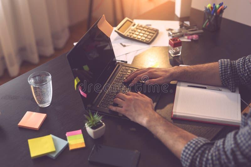 Hombre de negocios que mecanografía en un teclado de ordenador portátil foto de archivo libre de regalías