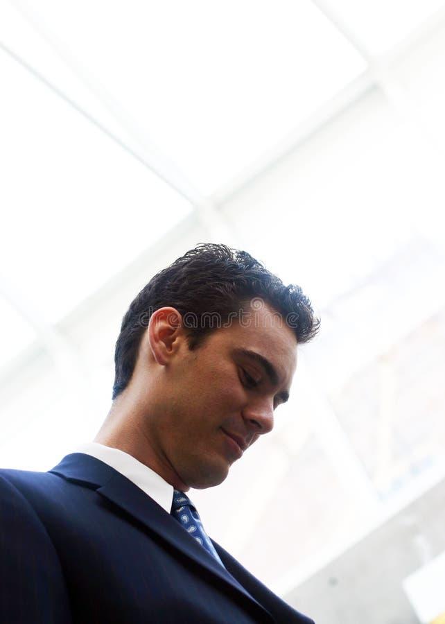 Hombre de negocios que mira abajo foto de archivo libre de regalías
