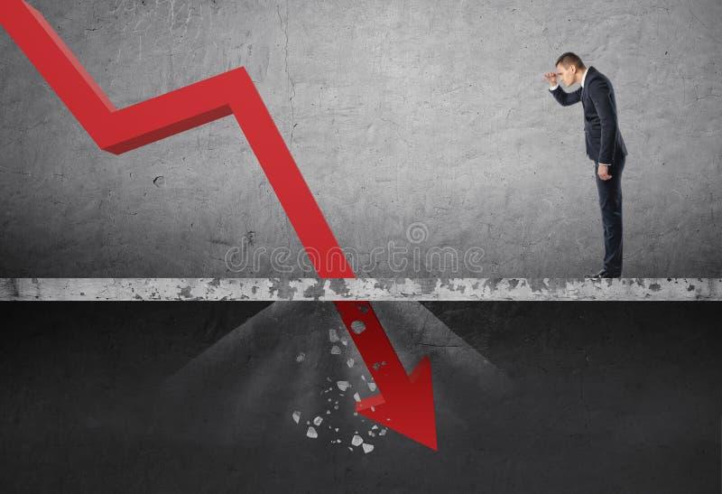 Hombre de negocios que mira abajo la flecha roja que cae que destruye un muro de cemento stock de ilustración