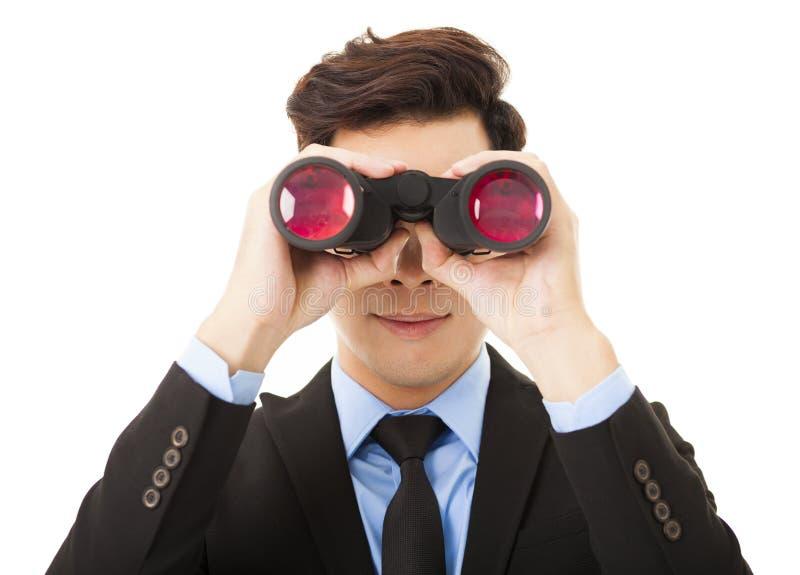 Hombre de negocios que mira con los prismáticos y la búsqueda fotografía de archivo libre de regalías
