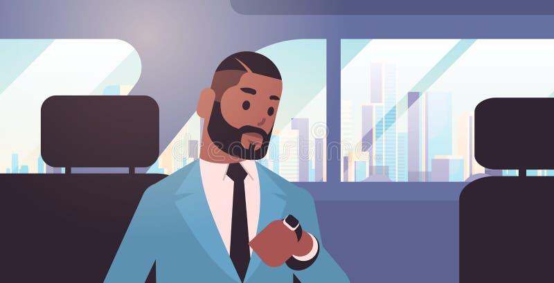 Hombre de negocios que mira el reloj que comprueba al pasajero afroamericano del tiempo que se sienta en asiento trasero en ciuda stock de ilustración