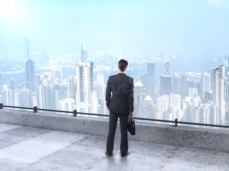 Hombre de negocios que mira la ciudad imagen de archivo
