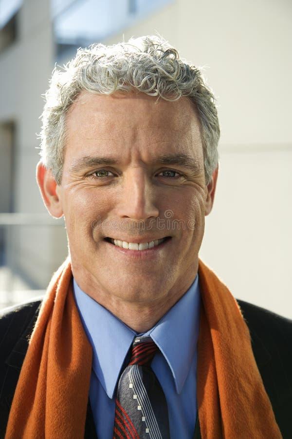 Hombre de negocios que mira la sonrisa del espectador. foto de archivo libre de regalías