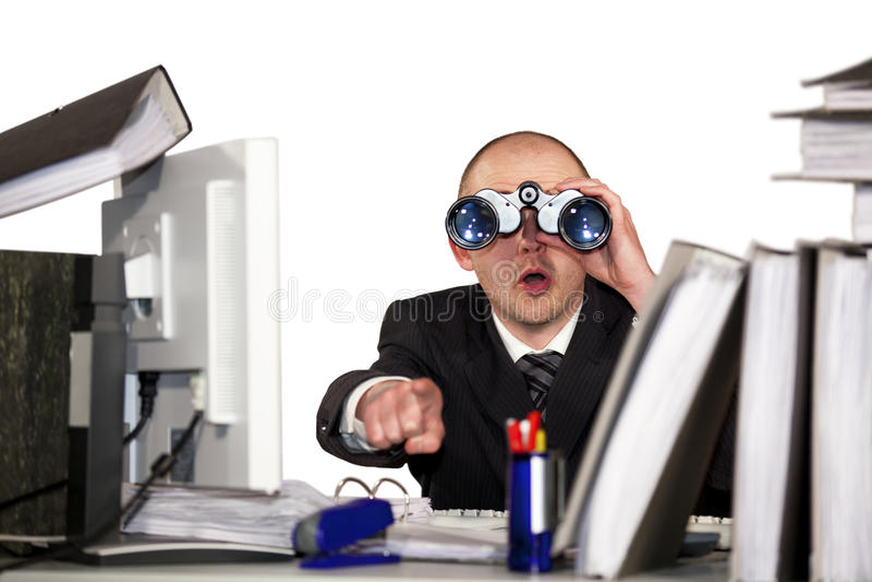 Hombre de negocios que mira a través de los prismáticos foto de archivo libre de regalías