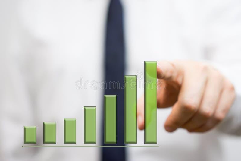 Hombre de negocios que muestra el gráfico cada vez mayor fotos de archivo