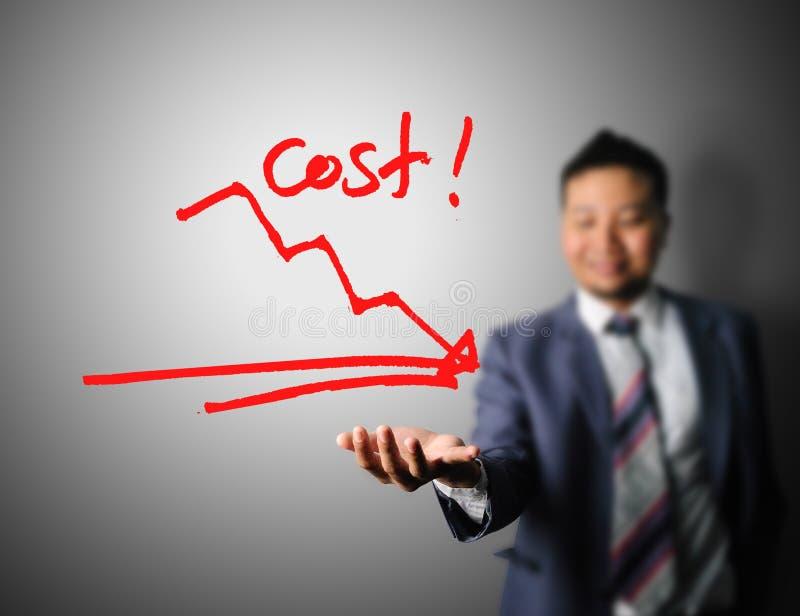 Hombre de negocios que muestra el gráfico de la reducción de costes imagenes de archivo