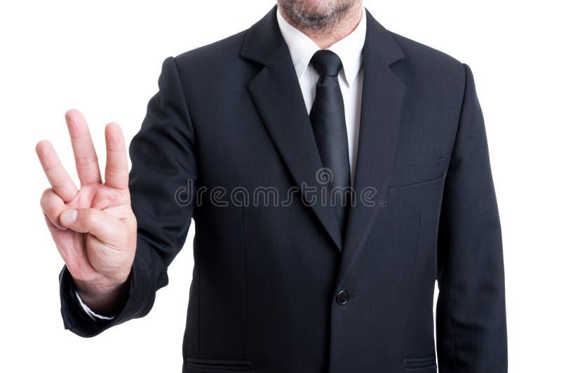 Hombre de negocios que muestra el número tres con los fingeres imágenes de archivo libres de regalías