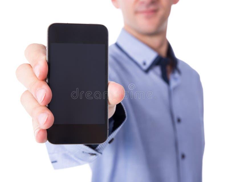 Hombre de negocios que muestra el teléfono elegante con la pantalla en blanco en w fotografía de archivo libre de regalías