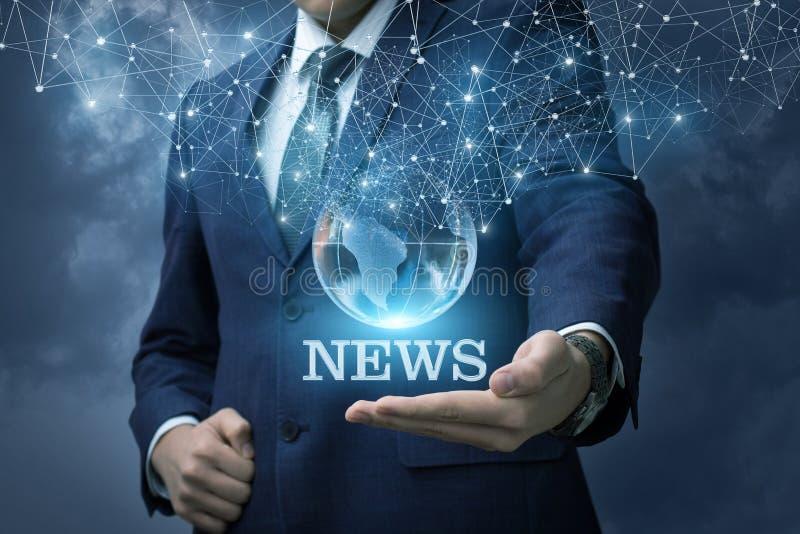 Hombre de negocios que muestra las noticias de la palabra imagenes de archivo