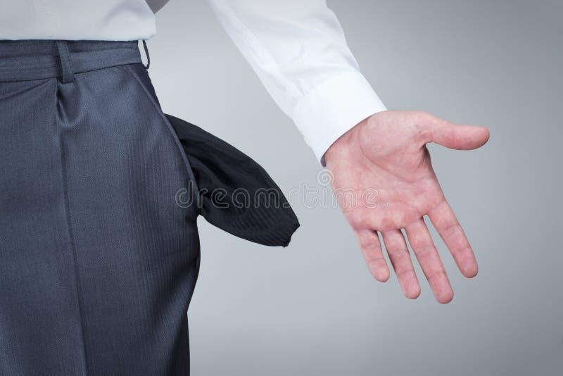 Hombre de negocios que muestra los bolsillos vacíos foto de archivo libre de regalías