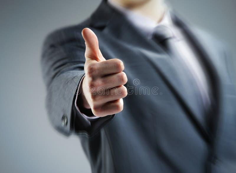 Hombre de negocios que muestra los pulgares para arriba. imágenes de archivo libres de regalías