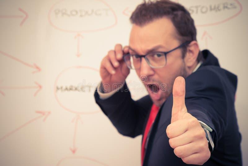 Hombre de negocios que muestra suspiro aceptable con su pulgar foto de archivo libre de regalías