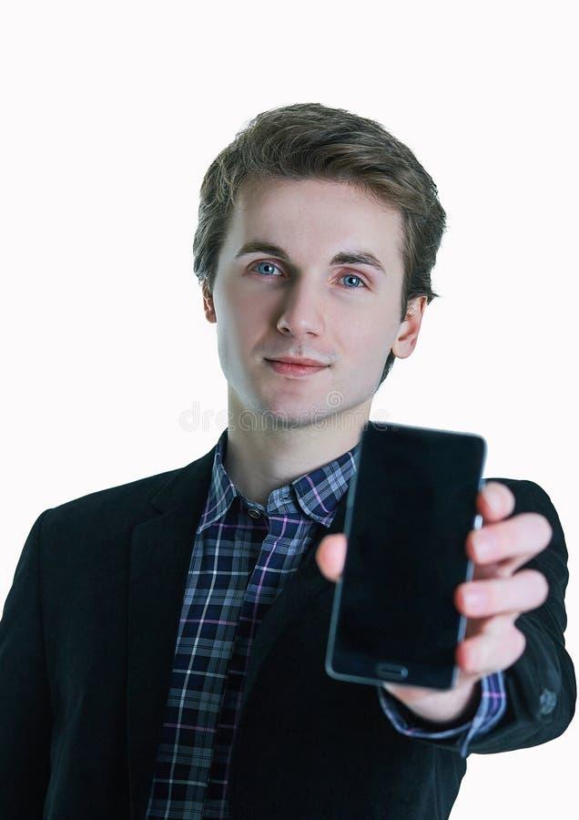 Hombre de negocios que muestra a teléfono móvil la pantalla en blanco aislada en el fondo blanco imagen de archivo