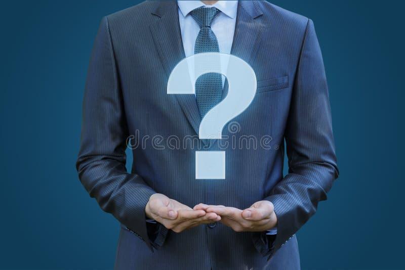 Hombre de negocios que muestra un signo de interrogación más grande fotografía de archivo