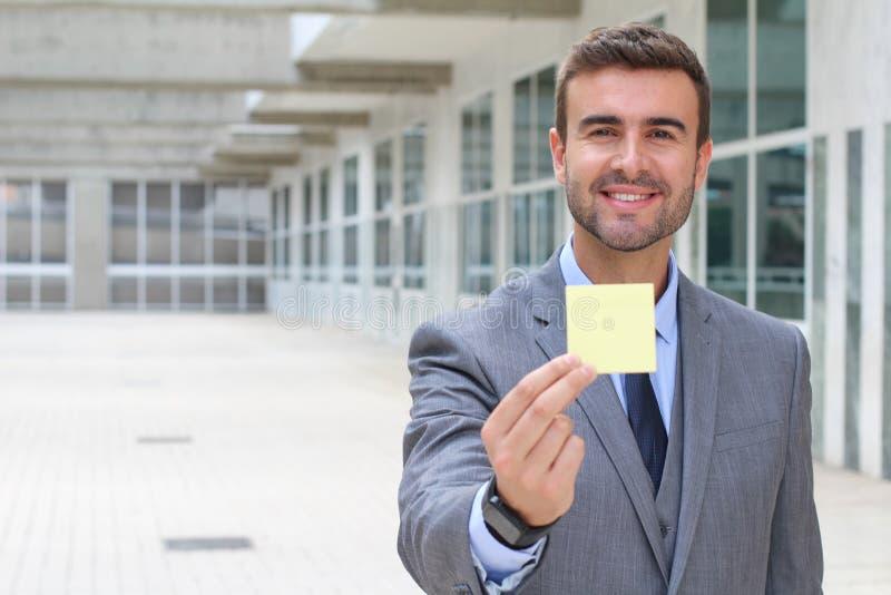 Hombre de negocios que muestra una nota aislada imágenes de archivo libres de regalías