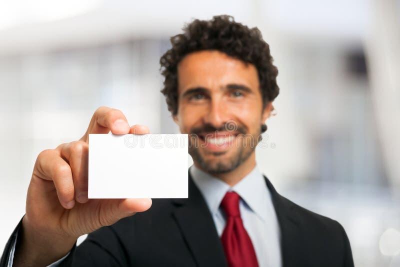 Hombre de negocios que muestra una tarjeta de visita vacía fotografía de archivo libre de regalías