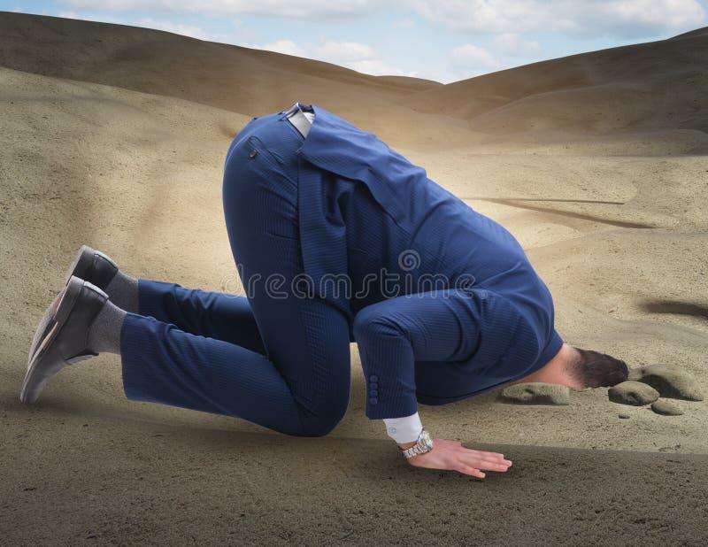 Hombre de negocios que oculta su cabeza en la arena que se escapa de problemas fotografía de archivo libre de regalías