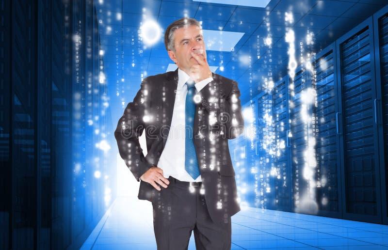 Hombre de negocios que parece pensativo en centro de datos fotos de archivo libres de regalías