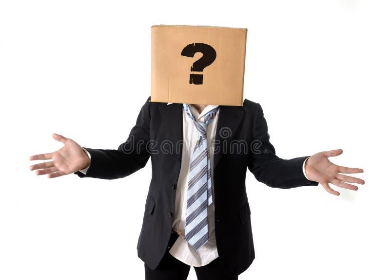 Hombre de negocios que pide ayuda con la caja de cartón en su cabeza imagenes de archivo