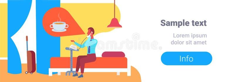 Hombre de negocios que piensa en el café que llama a la recepción que hace el interior de la habitación de la cama de la huésped  stock de ilustración