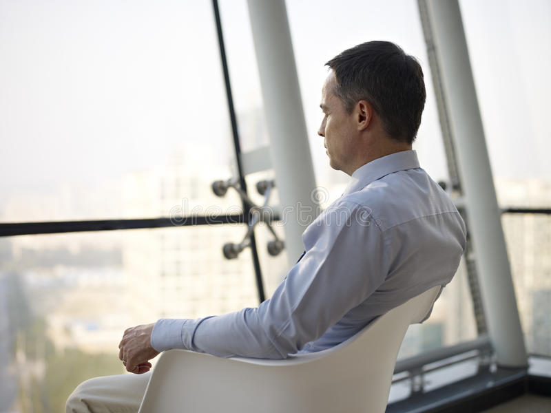 Hombre de negocios que piensa en oficina fotografía de archivo libre de regalías