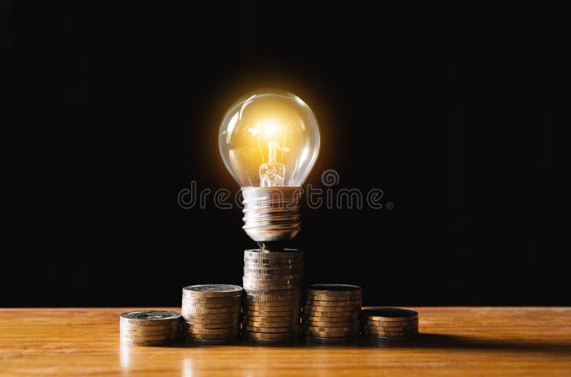 Hombre de negocios que pone la moneda en la caja de ahorros de la botella de cristal y el accoun foto de archivo