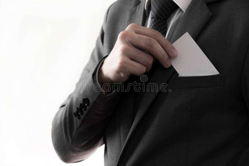 Hombre de negocios que pone la tarjeta en blanco en su bolsillo fotos de archivo