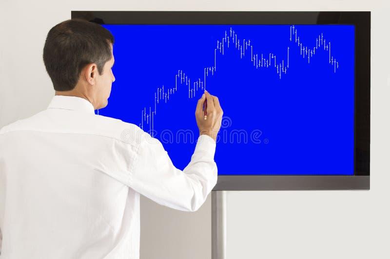 Hombre de negocios que presenta el gráfico foto de archivo