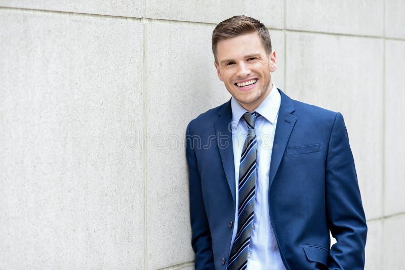 Hombre de negocios que presenta en al aire libre foto de archivo libre de regalías