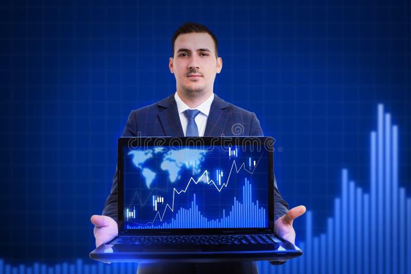 Hombre de negocios que presenta estadísticas sobre el ordenador portátil fotografía de archivo libre de regalías