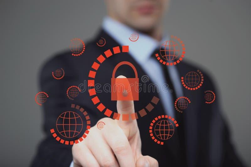 hombre de negocios que presiona el botón cibernético de la seguridad en las pantallas virtuales imágenes de archivo libres de regalías