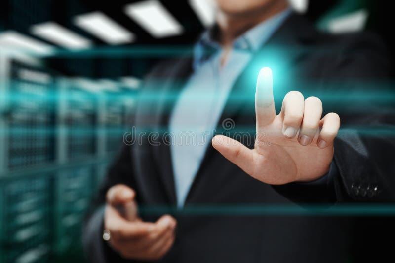 Hombre de negocios que presiona el botón Concepto del negocio de Internet de la tecnología de la innovación Espacio para el texto fotos de archivo